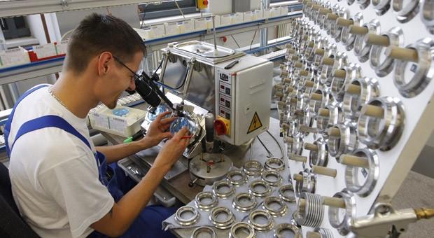 Ein Fielmann-Mitarbeiter bereitet am Produktionsstandort in Rathenow  Brillengläser zum Schleifen vor.