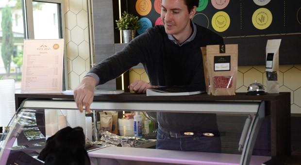 David Spanier in seinem Delikatessenladen für Hunde