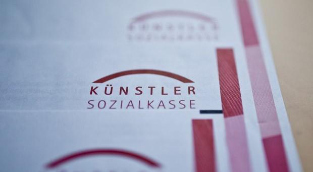 Das Logo und der Schriftzug der Künstlersozialkasse auf Briefbögen: Seit 2015 hat die KSK die Anzahl ihrer Prüfungen bei Arbeitgebern massiv erhöht.