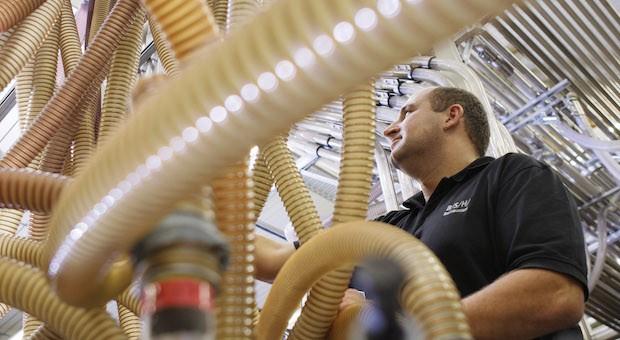 Der Hausgeräte-Hersteller BSH gehört seit einigen Wochen zu Bosch. Hier ein Blick in die Staubsauger-Fertigung.