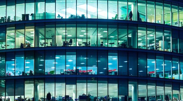 Nachts im Büro: In Deutschland ist die Zahl der Erwerbstätigen auf 42,9 Millionen Menschen gestiegen.