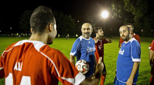 Freundschaftsspiel: Piko aus Syrien (M.) und Rayan (r.) aus dem Irak standen beim Fußballspiel für das blaue Team Kfz-Service Müller auf dem Platz. Derzeit trainieren sie mehrmals in der Woche für das große Match gegen die Stuttgarter Kicker.