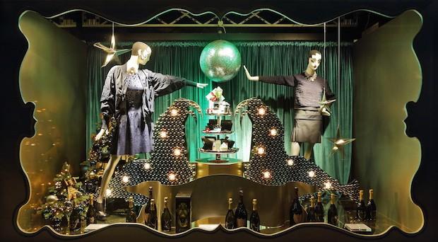 Impressionen beim Einkaufsbummel: Üppig und auffallend sind die Schaufenster beim KaDeWe in der Vorweihnachtszeit dekoriert.