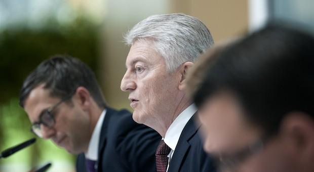 ThyssenKrupp-Vorstand Heinrich Hiesinger (m.) auf der Bilanzpressekonferenz am 20. November 2014.