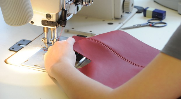 Mitarbeiter in der Textilbranche sollen künftig mehr Lohn erhalten.