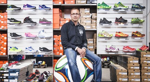 Gegen die Wand: Als Ronny Steinchen seine Sportschuhe auch auf Amazon verkaufen wollte, drohten ihm die Hersteller mit einem Warenstopp – der Riesaer Fachhändler musste nachgeben. Mittlerweile haben die Konzerne das Verbot auf Druck des Kartellamts aufgehoben.