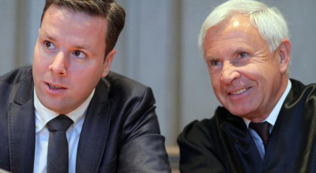Der Unternehmer Robert Tönnies (l.) schaut vor der Verhandlung im Streit mit seinem Onkel Clemens Tönnies mit seinem Anwalt Mark Binz zu der Gegenseite. Bei dem Prozess geht es um die Rückgabe eines 5-Prozent-Anteils an Deutschlands größtem Fleischbetrieb an den klagenden Robert Tönnies.