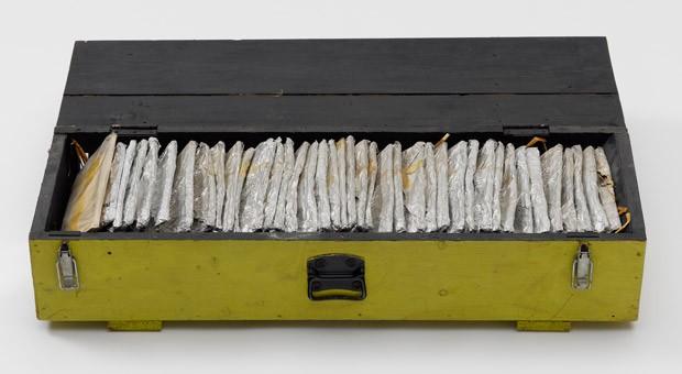Teil der Ausstellung: 38 Seiten Buchdruck auf Stanniolbeutel, gefüllt mit Hammelkoteletts, Sauerkraut, Würstchen und Käse.