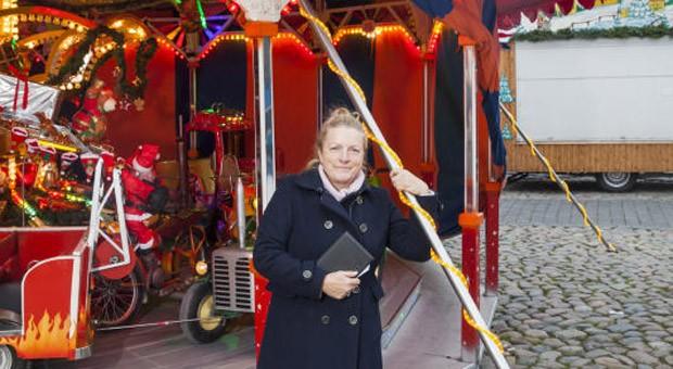 Dörte Schmidt steht und ihre Familie stehen seit 30 Jahren mit einem Karussell und einer Imbissbude auf dem Weihnachtsmarkt in Wismar - jetzt hat sie den Markt gemeinsam mit Kpllegen übernommen.