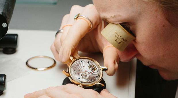 In Glashütte wurden bereits vor 170 Jahren Uhren gebaut. Die winzigen Schrauben und Rädchen eines Nomos-Chronometers setzen Uhrmacher in aufwendiger Kleinarbeit zusammen.
