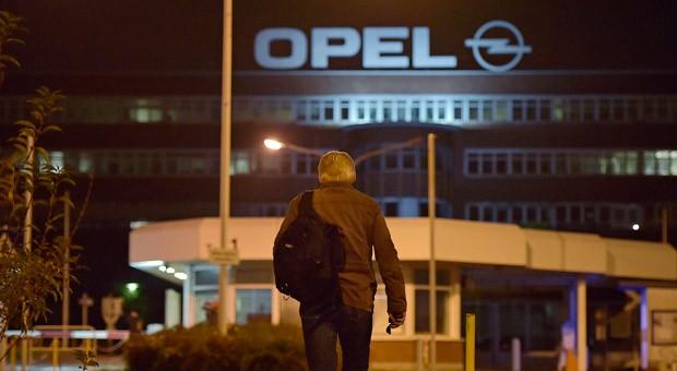 Ein Opel-Mitarbeiter auf dem Weg zu seiner letzten Schicht im Bochumer Werk: Am Freitag lief das letzte Auto vom Band.