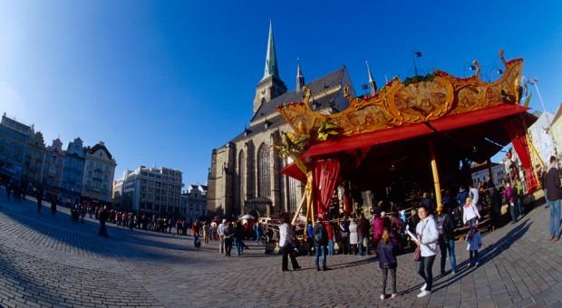 """Das französische Karussell """"Le Manège Carré Senart"""" auf dem Platz der Republik neben der St.-Bartholomäus-Kathedrale in Pilsen (Tschechen)."""