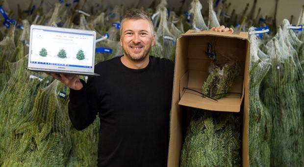 Guido Veth, Gründer des Online-Shops meinetanne.de, in seinem Weihnachtsbaumlager in Berlin. Veth betreibt den Online-Shop seit diesem Jahr.