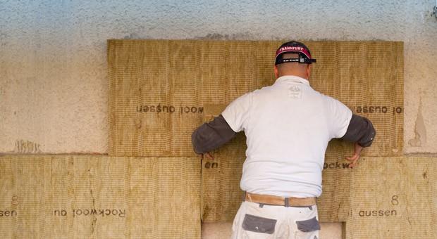 Kann man Sanierungsarbeiten steuerlich absetzen, werden mehr Hausbesitzer sich für Wärmedämmungen  an der Fassade entscheiden, planten Bund und Länder.