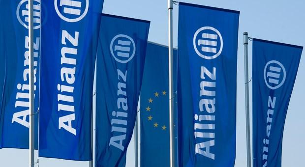 Flaggen vor der Allianz-Zentrale in München