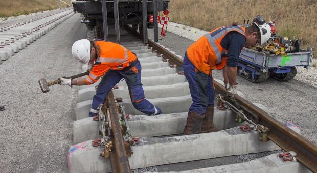 Die Bahn plant für 2015 den Austausch von rund 3800 Kilometern Schienen, 2000 Weichen und 2,5 Millionen Schwellen.