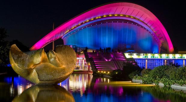 Das Haus der Kulturen der Welt in Berlin zieht Touristen und Einheimische an.