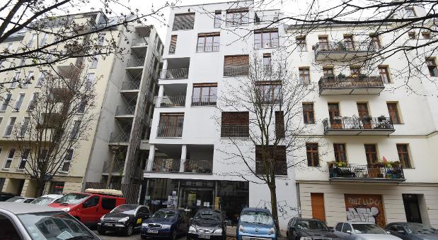 Ein Fertighaus mit sieben Stockwerken im Szenebezirk Prenzlauer Berg, Berlin.