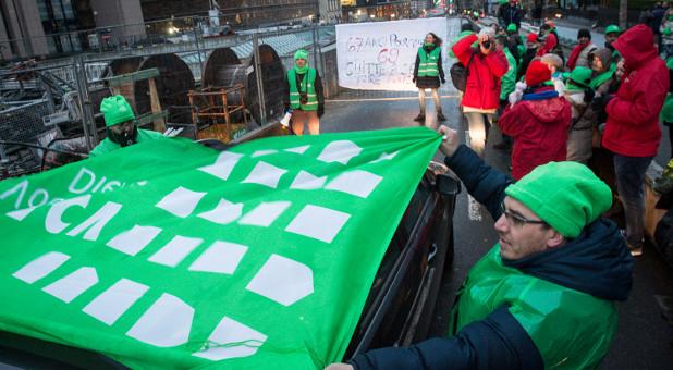 Mitglieder der Gewerkschaft versperren die Straßen in Brüssel.