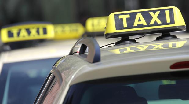 """Licht an bedeutet """"Taxi frei"""": Da der Mindestlohn die Taxipreise steigen lässt, bangen Taxiunternehmen um Kunden."""