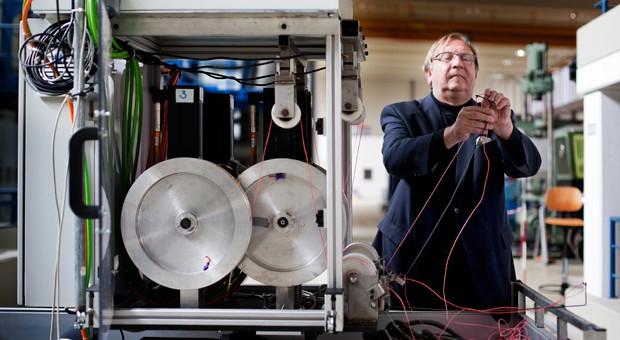 Klein wie ein Kühlschrank: Unternehmer und Erfinder Uwe Ahrens neben der Bodeneinheit seines Höhendrachens, mit dem er Energie produziert.