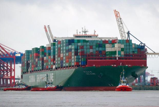 """Über 19 000 Container, 400 Meter lang. Die """"CSCL Globe"""", das größte Containerschiff der Welt, ist auf seiner Jungfernfahrt in Hamburg vorbeizukommen."""