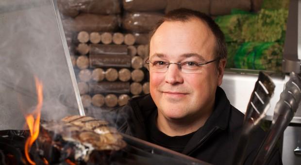 Bis vor kurzem arbeitete Jan Stefan noch als angestellter Fahrzeugentwickler - dann stieg er in das Unternehmen seines Vaters ein, die unter anderem Grillkohle verkauft.