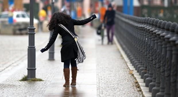 Glatter Gehweg in Berlin: Um die Rutschgefahr zu bannen, sollte man auf keinen Fall Holzspäne verwenden.