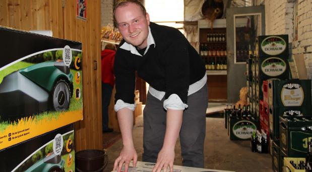 Im Getränkelager der Eltern: Manuel Kloiber fing schon in jungen Jahren an, mit Haushaltsrobotern zu handeln. Die Kisten packt er noch selbst, aber er kann von seinem Start-up bereits gut leben.
