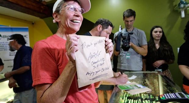 Deb Greene, die erste Kundin bei der Eröffnung eines Marihuana-Geschäfts in Seattle im vergangenen Jahr: Der Markt für die weiche Droge gilt als Wachstumsbranche in den USA.