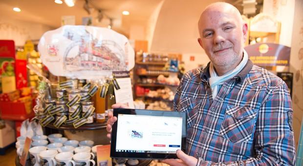 """Markus Kuhnke, Inhaber des Süßwarenladens """"Naschkatzenparadies"""" in Wuppertal, ist einer der Initiatoren des Online-Shops """"OnlineCity Wuppertal""""."""