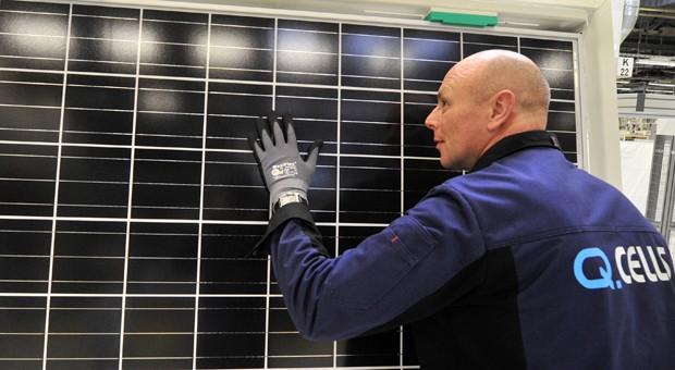 Sichtkontrolle in der Produktionslinie für kristalline Module des Solarunternehmens Q-Cells in Thalheim (Kreis Bitterfeld-Wolfen). Die Produktion von Solarmodulen in Deutschland wird nun eingestellt.
