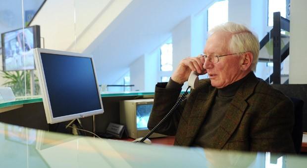 Ein ehemaliger Automobilkaufmann und inzwischen Rentner bei der Arbeit am Empfang des Wirtschaftsministeriums in Kiel.