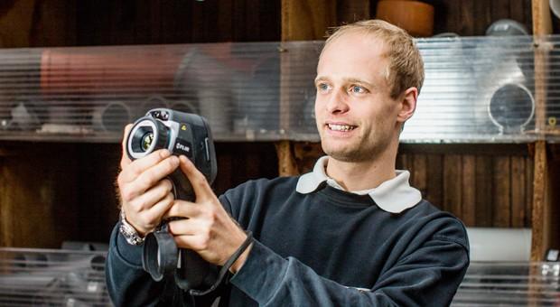 Christian Moll, Juniorchef des Heizungs- und Sanitärbetriebs Moll in Dortmund: Der junge Meister und einige befreundete Firmen leihen einander teure Spezialgeräte, die jeder nur selten braucht - wie diese Wärmebildkamera für 4500 Euro