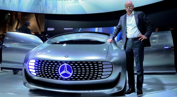 Mercedes-Benz Chef Dieter Zetsche auf der CES (Consumer Electronics Show) am Model des Mercedes-Conceptes F 015.