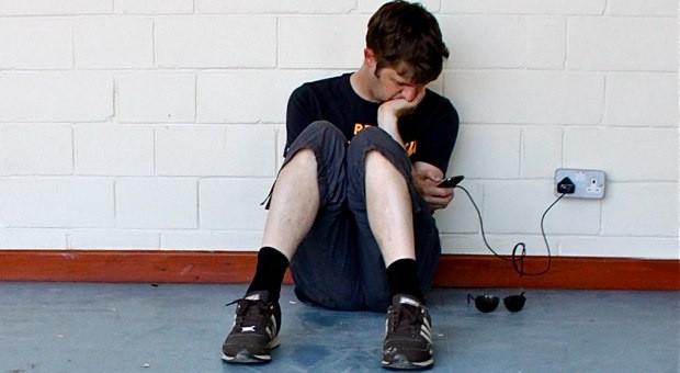 Routine für Smartphone-Nutzer: die Suche nach einer freien Steckdose.