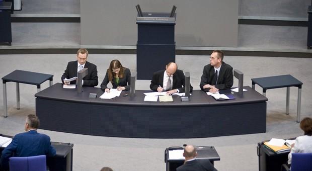 Sitzen direkt vorm Rednerpult: die Stenografen des Deutschen Bundestages.