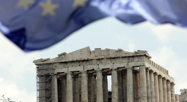 Die Flagge der Europäischen Union vor der Akropolis in Athen.