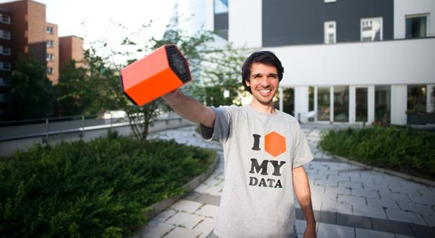 """Protonet-Gründer Ali Jelveh mit der """"Maya"""", einem persönlichen Server, der besonders sicher sein soll. Über 2000 Privatleute investierten letztes Jahr in das Start-up."""