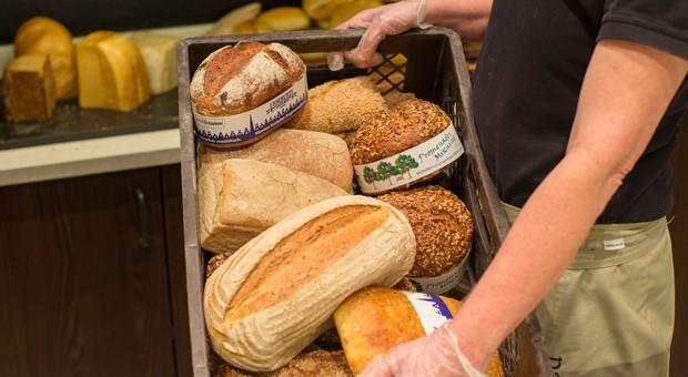 Eine Bäckereifiliale in Münster: Bis zu 17 Prozent der Brote und Brötchen landen täglich im Müll, hat eine aktuelle Untersuchung ergeben.