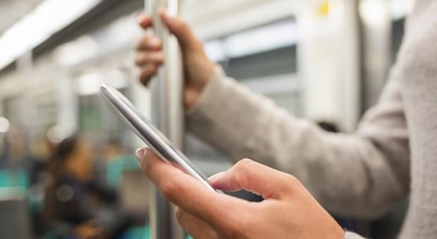 In öffentlichen Verkehrsmittel wird man oft unfreiwilliger Mithörer oder -leser.