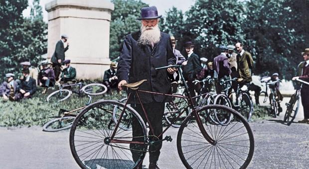 J. B. Dunlop, der Erfinder des pneumatischen Gummireifens für Fahrräder. Hier ein nachträglich digital coloriertes Bild aus Dublin aus dem Jahr 1921.