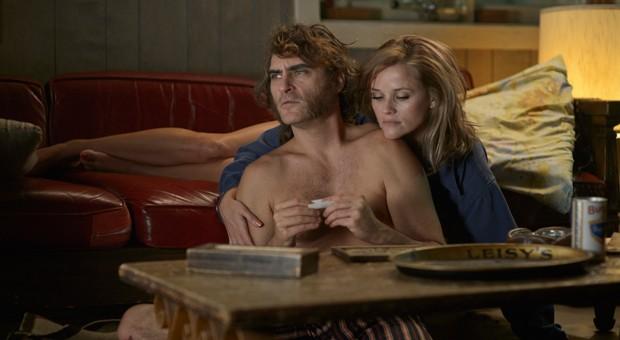 "Joaquin Phoenix als Larry ""Doc"" Sportello und Reese Witherspoon als  Detective Penny Kimball in ""Inherent Vice - Natürliche Mängel""."