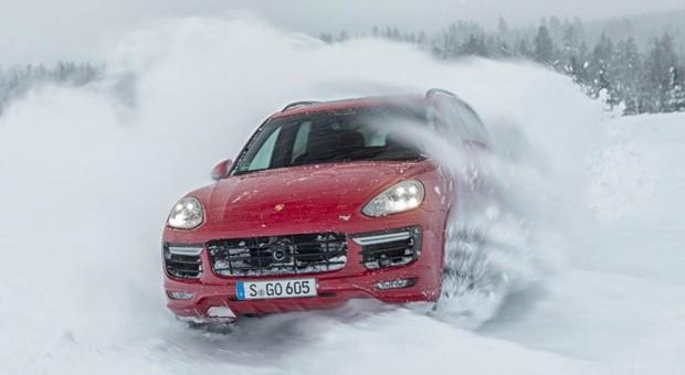 Macht auch im Schnee eine gute Figur: der Porsche Cayenne GTS.