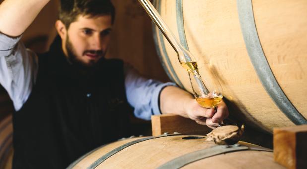 Hans Kemenater, Destillateurmeister der SLYRS Destillerie in Oberbayern bei der Qualitätskontrolle. Mittlerweile lagert die Brennerei 2200 Fässer ein.