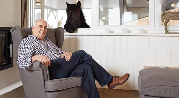 Walter Kau verbringt die Wochenende oft mit der Familie im Musterhaus in Gunneby an der Schlei. Sein Pony kann vom Stall aus direkt ins Wohnzimmer gucken