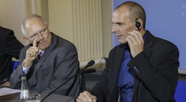 """So geht's nicht - findet Bundesfinanzminister Wolfgang Schäuble (links). Seinem griechischen Amtkollegen Yanis Varoufakis und dessen Regierungsmannschaft wirft er vor, sich """"verantwortungslos"""" zu verhalten."""