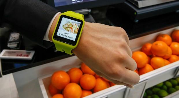 Die Messe EuroCIS zeigt neue Handelstrends: Mit Hilfe von Beacons erhalten Einkäufer individuelle Infos auf ihre Smartwatch.