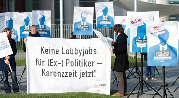 """Aktivisten von """"lobbycontrol"""" demonstrierten 2014 in Berlin für eine Karenzzeit für den Wechsel von Politikern in die Wirtschaft."""