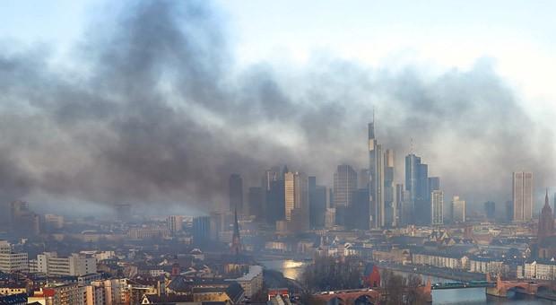 Frankfurt in Flammen. Mit einer kleinen Feierstunde sollte das neue EZB-Gebäude eröffnet werden. Nun beginnt der Tag mit großen Krawallen.